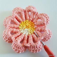 Neste passo a passo vamos aprender a confeccionar a FLOR REAL, uma belíssima criação da artesã LUANA JAWORSKI. Esta flor fica bem rasteira, ótima para tapetes Thread Crochet, Love Flowers, Crochet Flowers, Crochet Patterns, Floral, Jewelry, Squares, Jute Crafts, Diy And Crafts