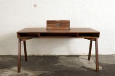 Schreibtisch; massiv; Eiche; Nussbaum; handgearbeitet; Design; Klappe; Hamburg; Deutschland; Writing Desk; Oak; Walnut; handcrafted; Hatch; Made in Germany