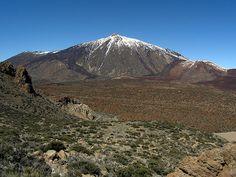 El Teide, volcán en la isla de Tenerife (Islas Canarias, España). Con una altitud de 3718 metros, es el pico más alto de España y el 3er mayor volcán de la Tierra, después del Mauna Kea y el Mauna Loa, ambos en la isla de Hawái - The Teide is a volcano located on the island of Tenerife (Canary Islands, Spain). With an altitude of 3718 meters, is the highest peak in Spain and the third largest volcano on Earth, after Mauna Kea and Mauna Loa, both on the island of Hawaii.