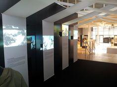 Tunnel de vidéos présentant les grands conflits où la Croix Rouge est intervenue dans l'histoire et le passage de la guerre professionnelle aux mouvements armés non militaires