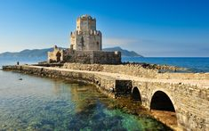List of private tours to Methoni, Greece. Travel agency offer custom private car tours to see Methoni in Greece. Discover Methoni with private car tour from Monterrasol. Order custom car tour to Methoni at the date you want. Greece Architecture, Historical Architecture, Chateau Medieval, Medieval Castle, Beautiful Castles, Beautiful Places, Monuments, Greek Castle, Places To Travel
