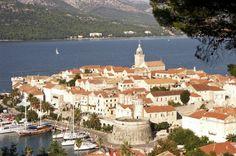 A quelques heures de bateau de Dubrovnik, Korcula fait figure de nonchalante Dalmate, oscillant entre les courbes de ses vignobles, le rythm...