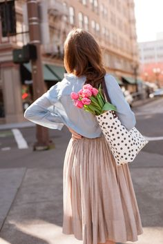 A feminine high-waisted skirt and soft blouse.love the tulips too! Mode Rock, Look Fashion, Womens Fashion, Street Fashion, Mode Chic, Mode Inspiration, Modest Fashion, Spring Summer Fashion, Spring City