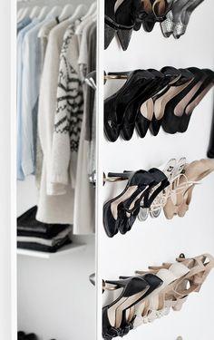 Vous êtes une shoes addict et ne savez plus comment ranger vos dizaines de paires de chaussures ? Voici 10 idées pour créer un shoesing en fonction de votre espace et de votre budget.