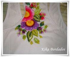 Camiseta nadador branca com flores coloridas nas costas