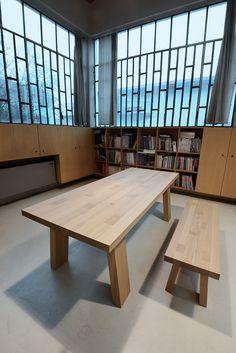 Tavolo e panca artigianali in legno massello di rovere mod. TETRIX.
