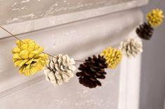 Новогодняя гирлянда  в Эко- стиле.  Материалы -шишки, краски, нить.