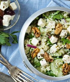 Sie mögen Gurkensalat? Dann werden Sie diese Variante lieben! Erweitern Sie Ihr Lieblings-Gurkensalat-Rezept einfach um Walnüsse, Feta und Couscous. Der Salat passt am besten zu gegrilltem Fisch und Schrimps. Mehr
