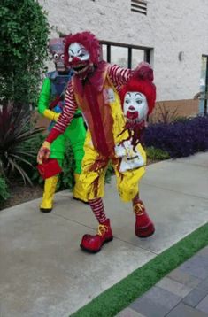 35 of the Best Halloween Costumes, Creatively Speaking 35 der besten Halloween-Kostüme, kreati. Scary Clown Costume, Clueless Halloween Costume, Halloween Circus, Best Halloween Costumes Ever, Scary Clowns, Halloween 2020, Maquillage Halloween Clown, Halloween Makeup, Halloween