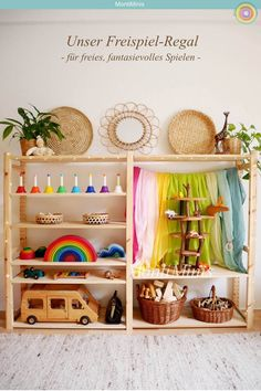 Montessori Spielzeug Regal On Michel's free play shelf (March with natural toys, play towels, tree house, Käthe Kruse dolls, Playroom Montessori, Waldorf Playroom, Waldorf Toys, Toy Shelves, Parents Room, Natural Toys, Toy Rooms, Reggio Emilia, Kids Bedroom