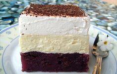 Vanilkový krém a šlehačková pěna na vrchu. Ozdobíme strouhanou čokoládou. Dobrou chuť!