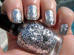 Uñas con glitter color plata, encuentra más diseños para decorar tus uñas con glitter aquí...http://www.1001consejos.com/unas-con-glitter/