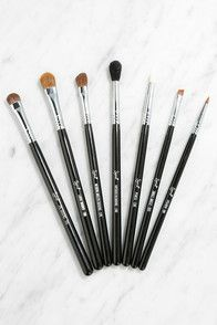 Whether you want a simple line or the perfect cat-eye, the Sigma E05 Eye Liner Brush can make it happen! Use this fine-tipped and tapered brush with gel or liquid liners for your unique look.