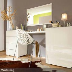 Ein eigener Frisiertisch scheint purer Luxus, ist aber gar nicht so schwer zu organisieren: Zwei Kommoden, ein schlichtes Regal, und ein großer Wandspiegel…