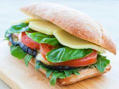 Receta de Panini de Berenjena con Queso Mozarella | Este rico panini lleva queso mozarella, berenjena y albahaca. Es un rico sandwich vegetariano para cualquier cena.