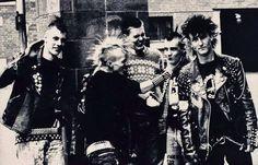 Billedresultat for punks in the uk 80s Punk, Punk Goth, Estilo Punk Rock, Anarcho Punk, Emo, Crust Punk, Skin Head, Stay Wild Moon Child, Riot Grrrl