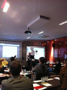 """Xavier Valdayron von Brandwatch während der Abschlusssession """"Live-Testing: Social Media Monitoring im Vergleich"""" auf dem Digital Marketing & Media Summit 2012 in Hamburg #d2m12"""