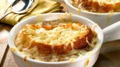 Thyme Square Herb Farm Gourmet Corner: Slow Cooker French Onion Soup I love French onion soup! Crockpot French Onion Soup, Onion Soup Recipes, French Appetizers, Classic French Onion Soup, Soup And Sandwich, Restaurant Recipes, Appetizer Recipes, The Best, Food And Drink