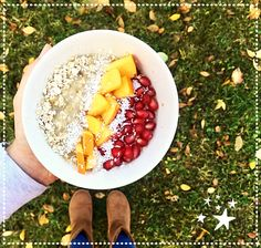 Delicious vegan breakfast! Oats, bananas, pomegranate, persimmon... 🍌🍽