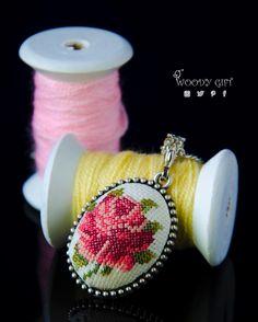 Kanaviçe işlemeli takılar Siparişe hazır♥️ Cross- stitched jewelry with rose…