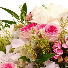 Bel assemblage pastel rose et blanc dans sa vannerie grise.Une composition d�di�e � la joie de vivre et aux vacances.