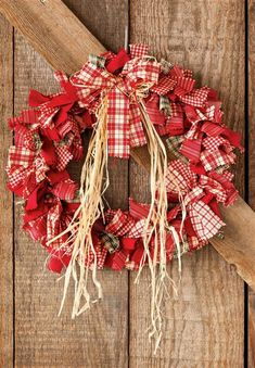 17 Festive Gold Christmas Decor Ideas for a Shiny and Beautiful Holiday - The Trending House Farmhouse Christmas Decor, Primitive Christmas, Rustic Christmas, Christmas Diy, Christmas Wreaths, Christmas Ornaments, Christmas Projects, Christmas Crafts, Rag Garland