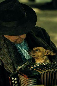 Straatmuzikant in Córdoba met zijn lief