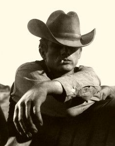 💓💓 Date A Cowboy 💓💓 James Dean in Giant I'd never have dated a smoker, but James Dean would have sure made me think about it! Charlie Chaplin, Classic Hollywood, Old Hollywood, Ivan Bubalo, 7 Arts, James Dean Photos, Jimmy Dean, Steve Mcqueen, Belle Photo