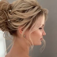 There are tons of easy braided hairstyles that can not only save your styling time but also look better than any accessories. Dive in to see how you can embellish your hair with popular braiding techniques. Pretty Braided Hairstyles, Short Hair Updo, Messy Hairstyles, Straight Hairstyles, Short Hairdos For Wedding, Updos For Fine Hair, Curly Updos For Medium Hair, Medium Length Hair Updos, Upstyles For Short Hair