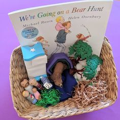 Were Going on Bear Hunt Story Basket . We're going on a bear hunt, we're going to catch a big one, we're not scared. What a beautiful… Preschool Books, Preschool Curriculum, Preschool Learning, Teaching Kindergarten, Nursery Activities, Literacy Activities, Preschool Activities, Treasure Basket, Book Baskets