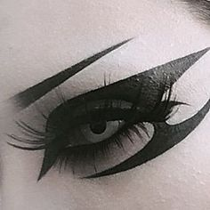 The colors you select for your eye shadow need to either match the shade of your eyes or supply a contrast to it. If your eyes are blue, then blue eye shadow would definitely work flawlessly for you. Gothic Eye Makeup, Punk Makeup, Grunge Makeup, Asian Makeup, Korean Makeup, Makeup Eye Looks, Eye Makeup Art, No Eyeliner Makeup, Winged Eyeliner
