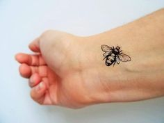 6 bees temporary tattoos. This lovely insect can get inked on any part of the wearer. Set of 6 temporary tattoos. Size approximately: 3 x 1.5 cm (1,2x0,6) each pattern If the tattoo is wet, DAB it with a fabric dry. An instruction is given to each consignment. The tattoo takes 2 to