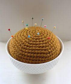 Jeg trængte til at udvide men endnu en nålepude....         En skål med fint mønster med en diameter på 12 cm i den åbne ende....      Li...