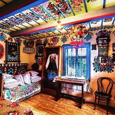 On vous emmène en Pologne, dans le petit village de Zalipie, devenu célèbre grâce aux peintures florales qui décorent les maisons, donnant un charme unique au village. Il était une fois, dans ce petit village...