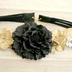 df65d57a6d7  cinturon con  flores doradas y negras y apliques de laton  cinturonjoya   lookinvitada  complemetos  moda