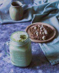 Gerstengras Latte Barley Grass Latte  Rezept in meinem Ebook / Recipe in my Ebook  #gesundeernährung #plantbased #pflanzlicheernährung #healthy #velvetandvinegar Latte, Barley Grass, Vegan Recipes, Cooking Recipes, Latest Recipe, Vinegar, Mason Jars, Velvet, Healthy