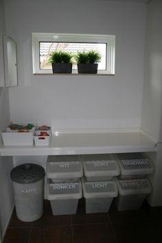 Wasruimte met vouwplank en ikea (voor-sorteer) wasmanden.
