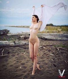 ᎾᏟᎬᎪᏁ ᏴᏒᎬᎬᏃᎬ☄️ feat. @tynakottova @kylecongphoto ----------- ❤️️ғollow @volomagazine ғor ----------- ᴛʜᴇ ᏩᏞᎾᎡᏆᎾᏌᏚ & ᎻᏆ-ᎡᎬᏚ ɪᴍᴀɢᴇ ᴀᴛ: . Link in profile @volomagazine . . . #naturalbody #naturallight #photography #photographymagazine #nudeart #art_spotlight #photoftheday #perfection #volo #volomagazine #artmagazine #fallcolors #beachbody #nudephotography