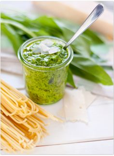 Selbstgemachtes Bärlauchpesto mit Mandeln und Pinienkernen Homemade wild garlic pesto with almonds and pine nuts Pizza Recipes, Veggie Recipes, Snack Recipes, Cooking Recipes, Healthy Recipes, Chutneys, Wild Garlic Pesto, Fresh Garlic, Pesto Dip