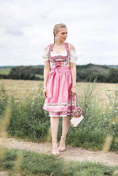 Wiesn, Dirndl, 2017, Oktoberfest, fashion, outfit, inspiration, rosa, mini, münchen, tracht, trachtenmode, blog, blogger, midi, frau, tasche, lebkuchenherz, herz