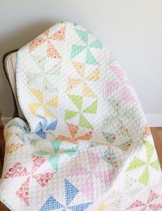 The Little White Farmhouse - Pinwheel Quilt more baby quilts! Quilt Baby, Baby Quilt Patterns, Pinwheel Quilt Pattern, Baby Quilt Tutorials, Hexagon Quilt, Quilting Projects, Quilting Designs, Sewing Projects, Quilting Ideas
