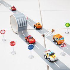 Mit dem Klebeband My First Autobahn holst du dir die Straße direkt ins Kinderzimmer. Einfach kleben und losfahren!
