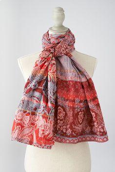 DENISE col 201 rouge gris. Denise quoiqu'on lui dise elle porte toujours de la dentelle et des indiennes ! #denise #létol #letol #étole #bio #tissagejacquard #foulard #chèche