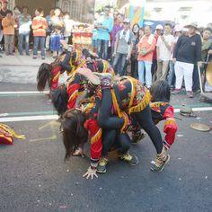 跟著小琉球迎王祭路線參拜各個廟宇,除了轎班們的例行儀式之外,也會出現許多的表演隊伍,雜耍、特技、舞龍舞獅、熱舞⋯⋯,大家都玩得非常盡興!