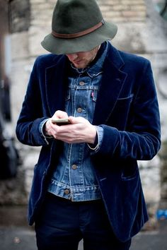 From the Sartorialist: Love the hat and the velvet blazer with denim jacket underneath. Great look. The Sartorialist, Fashion Moda, Denim Fashion, Street Fashion, Looks Cool, Men Looks, Blazer Bleu, Looks Jeans, Navy Chinos