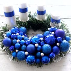 Návod na veniec, ktorý si pomocou girlandy urobíte veľmi jednoducho. Christmas Tree Themes, All Things Christmas, Christmas Fun, Silver Christmas, Xmas Wreaths, Door Wreaths, Advent Wreath, Tis The Season, Jul Diy