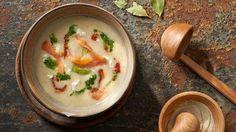 Kremowa zupa z porów z wędzonym łososiem, twarogiem i oliwą z lubczykiem