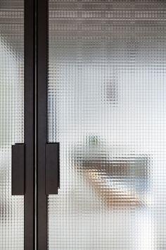 LENA - MADAM architectuur Glass Design, Door Design, House Design, The Doors, Windows And Doors, Sliding Glass Door, Sliding Doors, Reeded Glass, Bathroom Interior Design