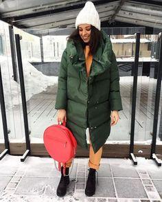 Модные женские пуховики сезона осень-зима 2019/2020 года | Новости моды Jeans Outfit Winter, Mom Jeans Outfit, Winter Outfits, Stylish Outfits, Fashion Outfits, Womens Fashion, Winter Trends, Winter Looks, Sweater Weather
