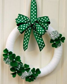 From festive St Patrick's Day wreaths to shamrock decorations, there are plenty of DIY St. Patrick's Day decor ideas to help you throw a fun St Patrick's Day party. Holiday Wreaths, Holiday Crafts, Holiday Decor, Wreath Crafts, Diy Wreath, Mery Chrismas, St. Patricks Day, St Patrick's Day Decorations, St Patrick's Day Crafts